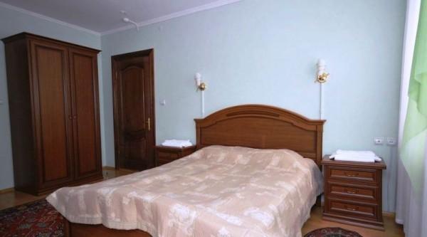 Спальная комната в коттедже гостиница Снежинка Домбай.